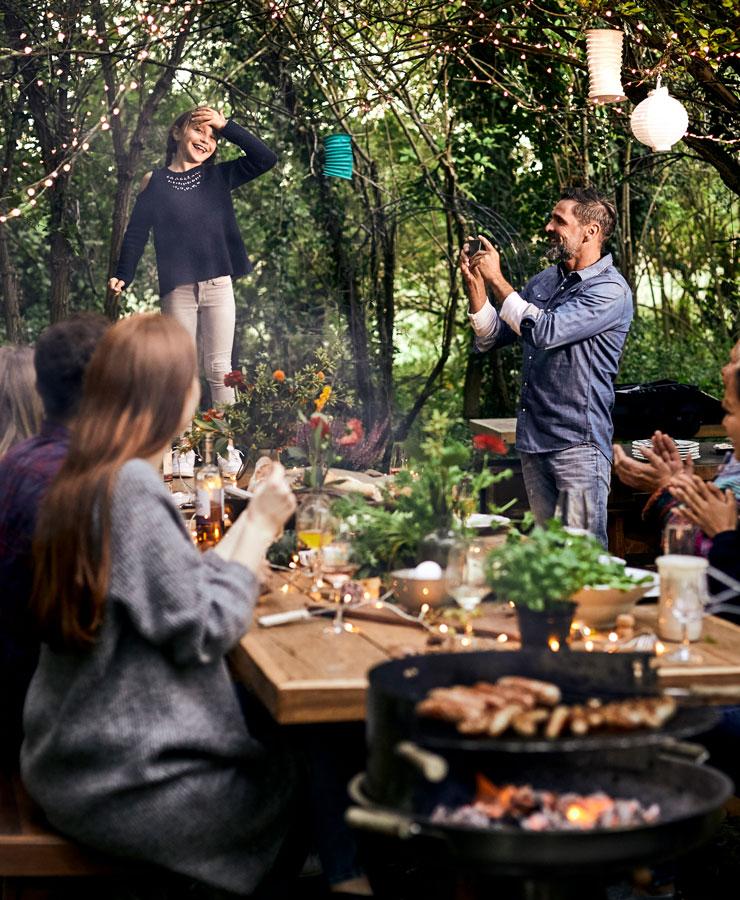 Familie aan tafel in de tuin