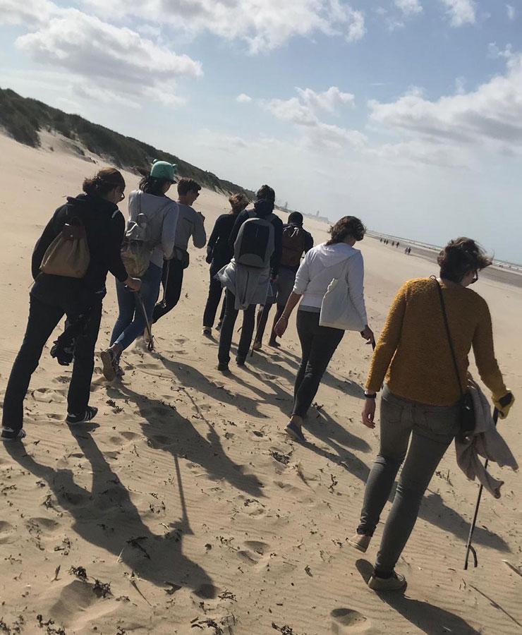 Employés qui nettoient la plage