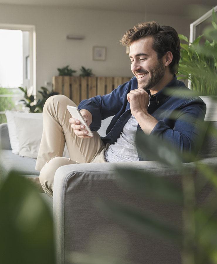 persoon lacht naar smartphone